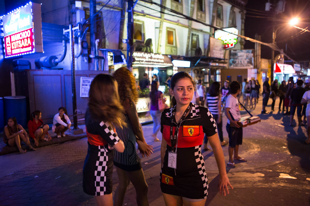 """Fields Avenue by night - Women working at the Tarana Fire Restaurant wearing Ferrari outfits on Fields Avenue. Of late there has been an increase in South Korean ownership of both bars and brothels. Angeles City, Philippines, May 2015. - Copyright © © S. Borcard - N. Metraux - Angeles - Central Luzon - Philippines - <A href=""""https://maps.google.com/?ll=15.167375,120.588597&z=16"""" target=""""_blank"""">(Map Fields Avenue by night)</A>"""