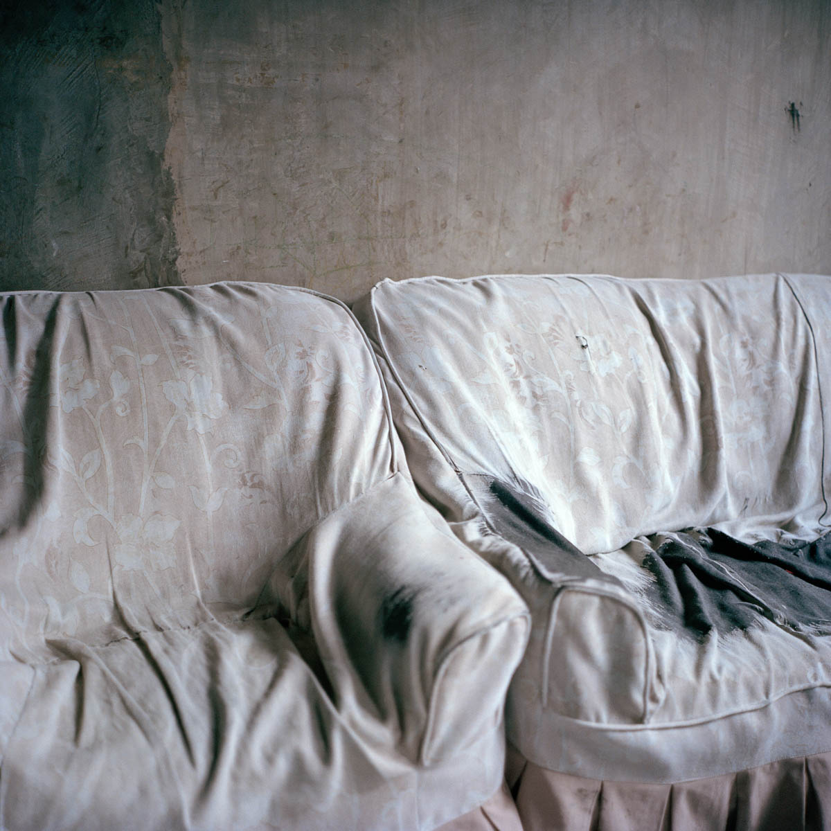 """Empty couch - An empty couch in barangay Capaya. Angeles City, Philippines, August 2014. - Copyright © © S. Borcard - N. Metraux - Angeles - Central Luzon - Philippines - <A href=""""https://maps.google.com/?ll=15.168055,120.586388&z=16"""" target=""""_blank"""">(Map Empty couch)</A>"""