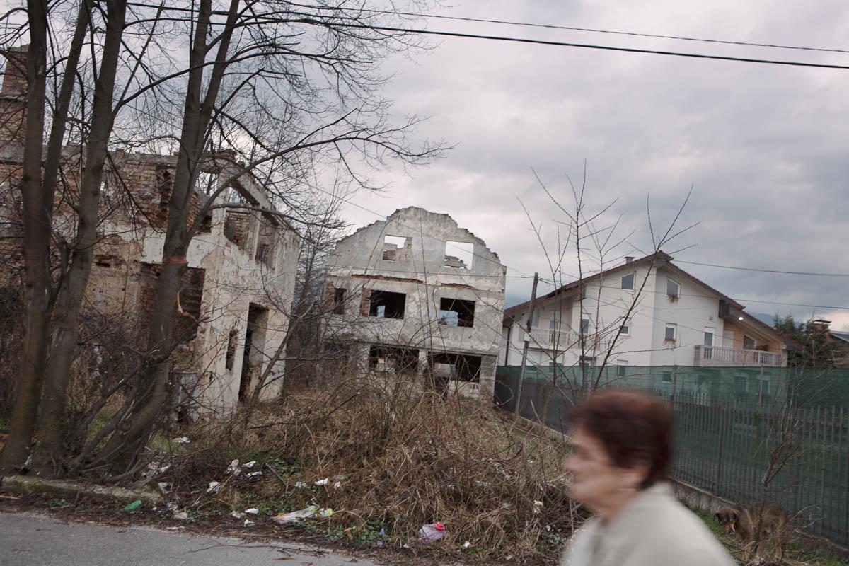 """Sarajevo - Devastated houses alongside newly built housing. Sarajevo, March 2015 - Copyright © © S. Borcard - N. Metraux - Sarajevo - Federacija Bosne i Hercegovine - Bosnie-Herzégovine - <A href=""""https://maps.google.com/?ll=43.837225,18.321445&z=16"""" target=""""_blank"""">(Map Sarajevo)</A>"""