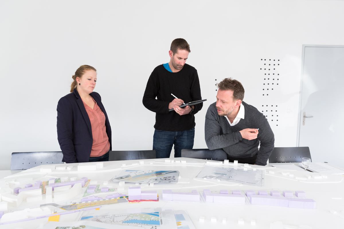 Planners in Thun discuss the town's development potentials. Here, planners utilize insights from the research project on small and medium-sized towns to help them understand recent trends in economic development. Thun, January 2018