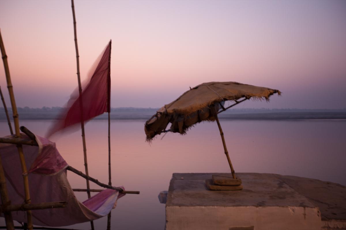 Morgenröte am Ganges. Benares (heute Varanasi) gilt seit dem 19. Jahrhundert als Zentrum des Hinduismus. Im Zuge der Mystifizierung dieser Stadt gründete Annie Besant hier ihr Central Hindu College. Yves Mühlematter forscht dort zur Rolle von Theosophen bei der Gründung der heute noch bestehenden Universität. Varanasi, Dezember 2010.