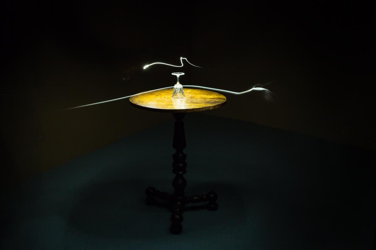 """""""Gläserrücken"""" gehört zu den bekanntesten Techniken des Spiritismus. Wenn sich das Glas bewegt, sobald die Teilnehmerinnen und Teilnehmer die Hände an die Tischkante oder an das Glas legen, gilt dies als Beweis für die Anwesenheit eines Geistes. Fribourg, Dezember 2017."""