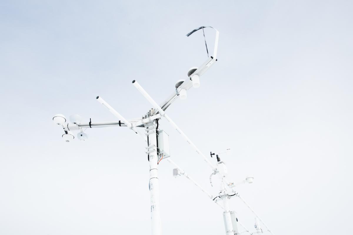 Die Sensoren vom Versuchsfeld Weissfluhjoch messen ununterbrochen Schneefall, Wind, Temperatur und Strahlung. Die Daten werden elektronisch am SLF (Institut für Schnee- und Lawinenforschung) in Davos Dorf weitergeleitet und dort analysiert. Versuchsfeld Weissfluhjoch, Davos, November 2017.