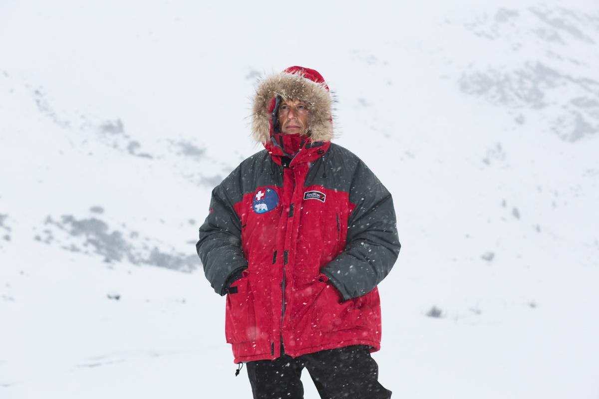 Prof. Dr. Michael Lehning, 50, mit seiner Arktis-Expeditionsjacke im Schneesturm am Flüelapass. Seine Forschungsthemen reichen von der Schneeablagerung im Hochgebirge und in Polargebieten bis zur Erzeugung von erneuerbaren Energien. Flüelapass, Davos, November 2017.