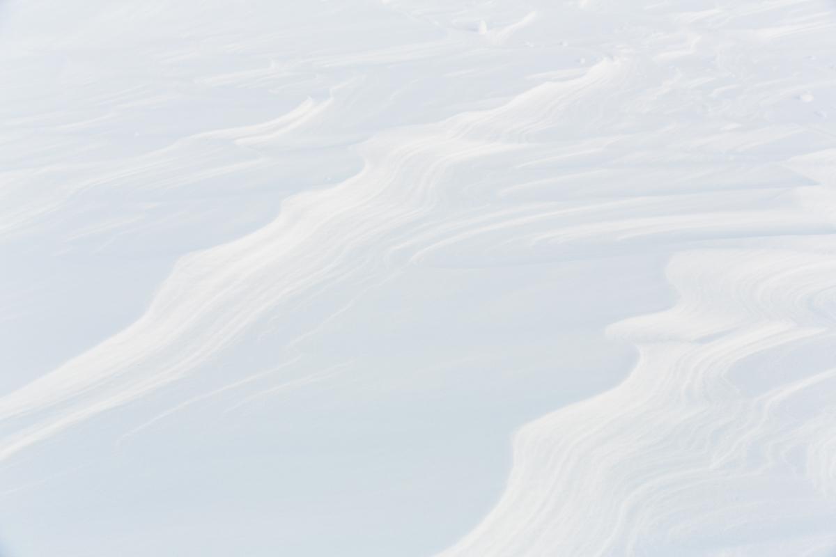 Die Entstehung von Schneeverfrachtungsmuster bei Starkwind und ihre Bedeutung für die Schneemassenbilanz stehen im Zentrum der Forschung Flüelapass, Davos, November 2017.