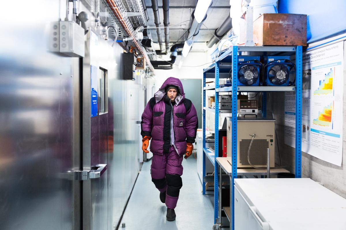 Sebastian Schlögl, Gastdoktorant im Kältelabor-outfit. Hier werden Schneeproben aus aller Welt vermessen und analysiert. SLF Hauptsitz, Davos, November 2017.
