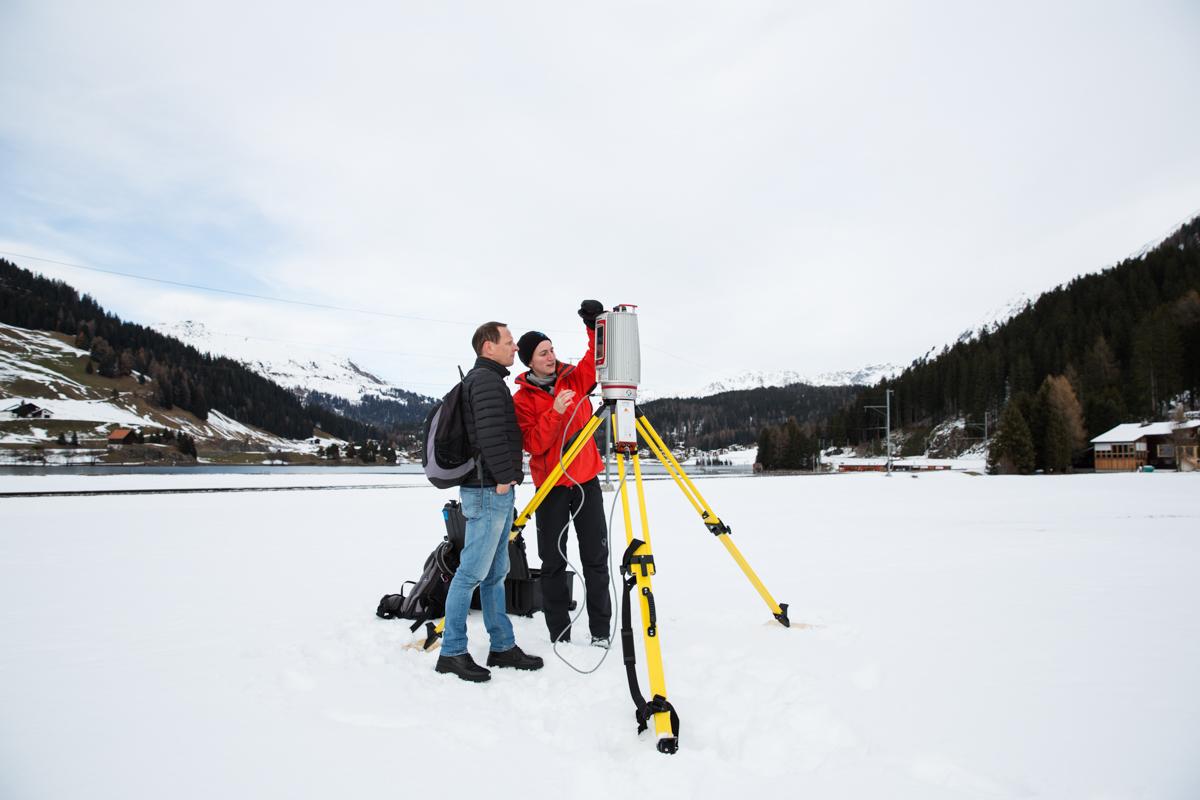 Franziska Gerber zeigt Dr. Hendrik Huwald wie man mit dem Laserscanner umgeht. Hendrik Huwald wird diesen Mitte Dezember 2017 in die in der Ostantarktis benutzen um die räumliche Schneeablagerung zu messen. Davos, November 2017.