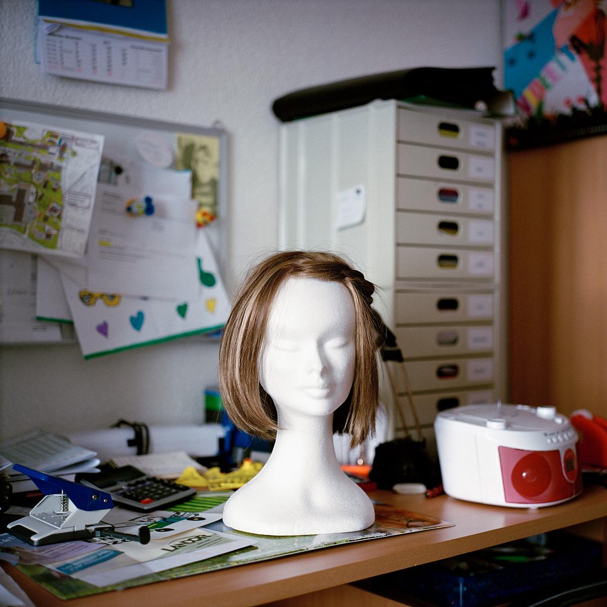 La perruque d'Ilona est déposée sur cette tête de mannequin lorsqu'elle ne la porte pas. Lentigny, décembre 2017.